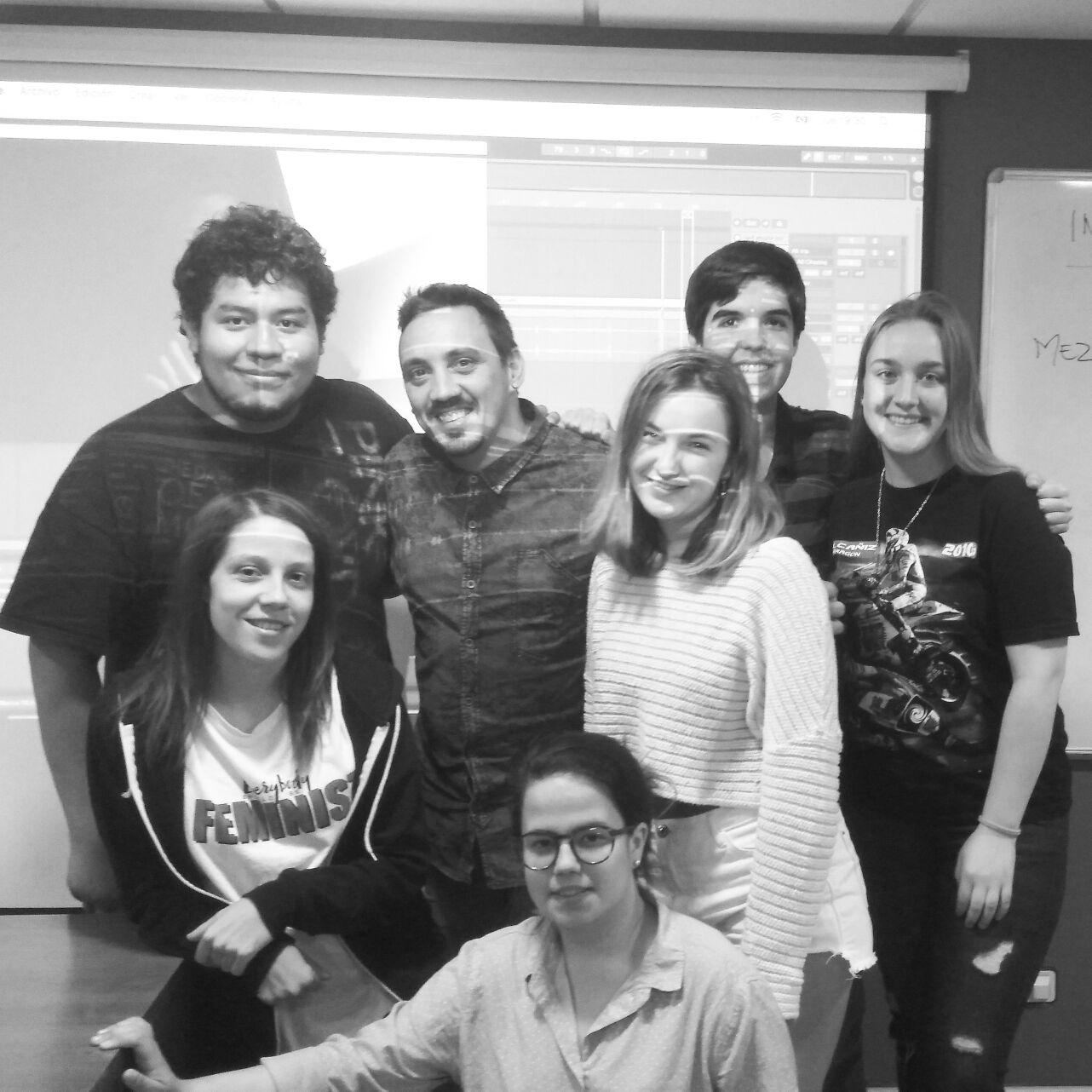 Iván Picazo con alumnos del curso de sonido audiovisual.